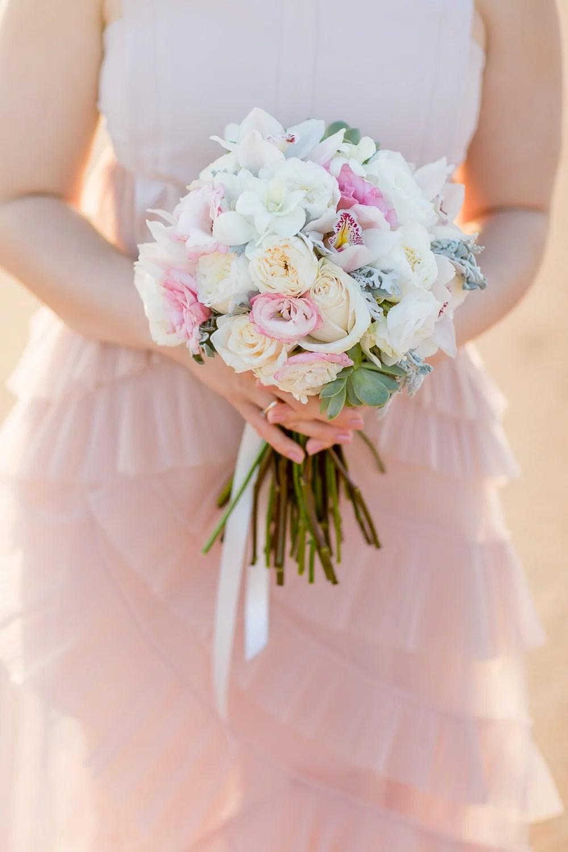 Brautstrauß mit Pfingstrosen, Orchideen in hellen Pastell-Farben