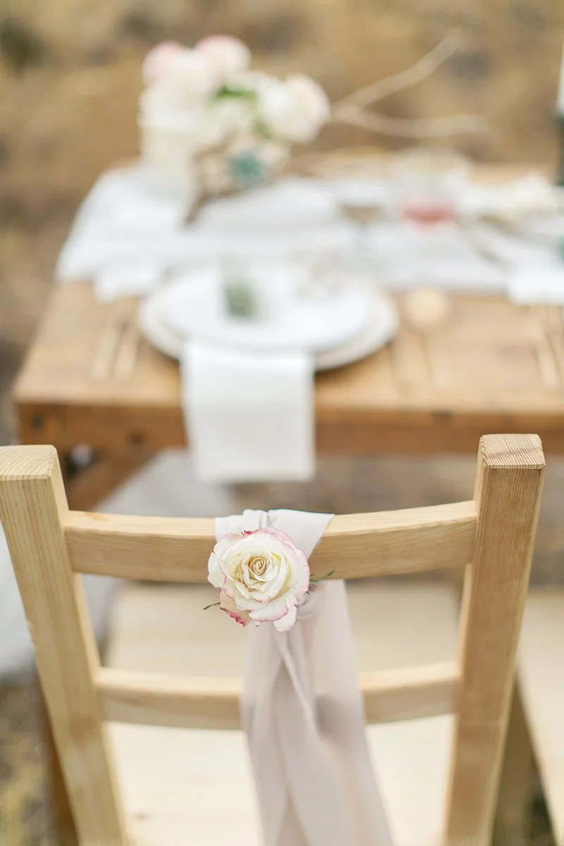 Hochzeit in Andalusien, Stuhldeko vintage mit Rose und Tuch