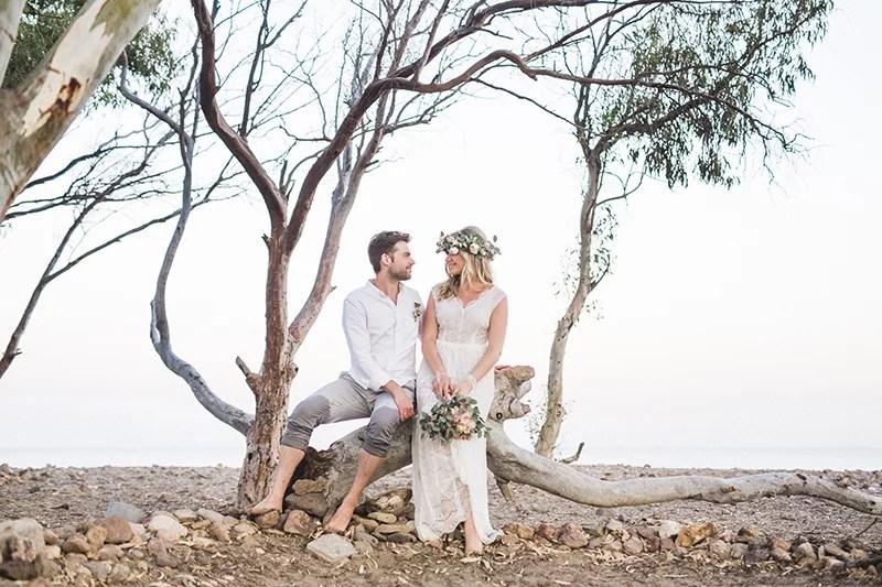 Bohobrautpaar, freie Trauung in Spanien am Strand