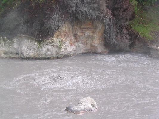 Modderbaden bij Ribeira Grande tijdens een wandelvakantie op de Azoren, op eiland Sao Miguel
