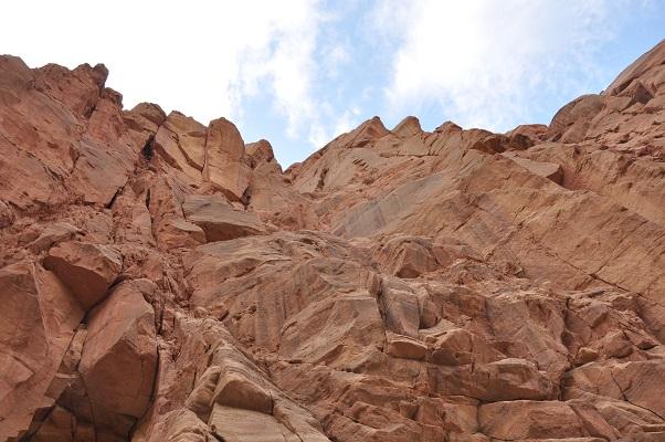 Rode rotsen in kloof tijdens kloofwandeling Wadi El Hasa tijdens een wandelreis van SNP door Jordanië
