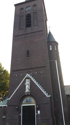 Wandelen over het Peerkepad bij kerk in Berkel-Enschot