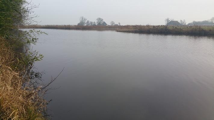 Wandelen over het Groot Frieslandpad langs het Nieuwe Diep in Aldeboarn