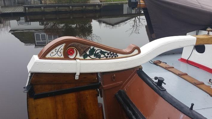 Wandelen over het Groot Frieslandpad langs boot in het Nieuwe Diep in Aldeboarn