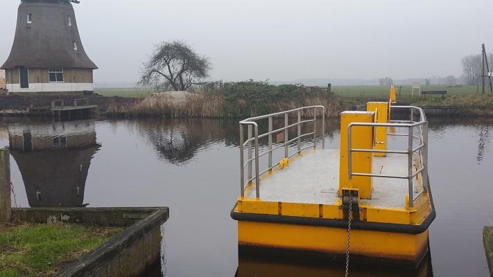 Wandelen over het Groot Frieslandpad bij veerpontje Tijnje-Nij Beets