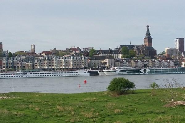 Wandelen over de Zuiderwaterlinie met zicht op Waal en Nijmegen