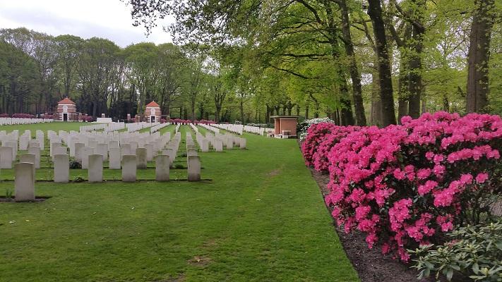 Oorlogsgraven van het Gemenebest Oosterbeek op wandeling over Roots Natuurpad van Schaarsbergen naar Doorwerth