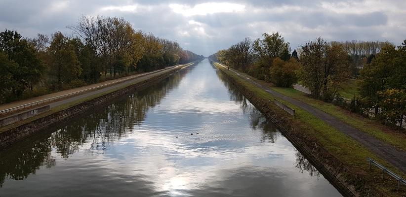 Zuid-Willemsvaart bij Maasmechelen op een wandeling over het Maaspad van Maastricht naar Berg aan de Maas