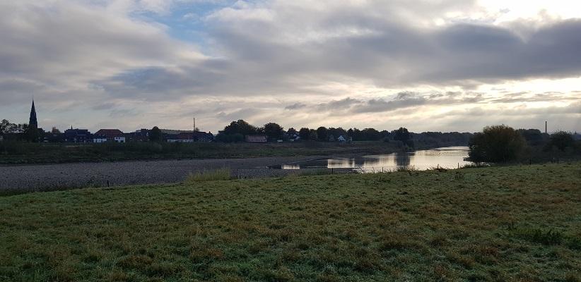 Grensmaas en zicht op Borgharen tijdens een wandeling op het Maaspad van Maastricht naar Berg aan de Maas