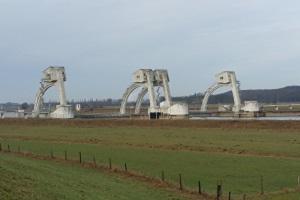 Wandelen over het Airbornepad bij de sluizen van Driel in de Rijn.
