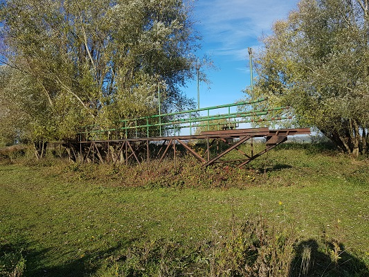 Wandelen over klompenpad Doddendaelpad bij historische brug uiterwaarden Beuningen
