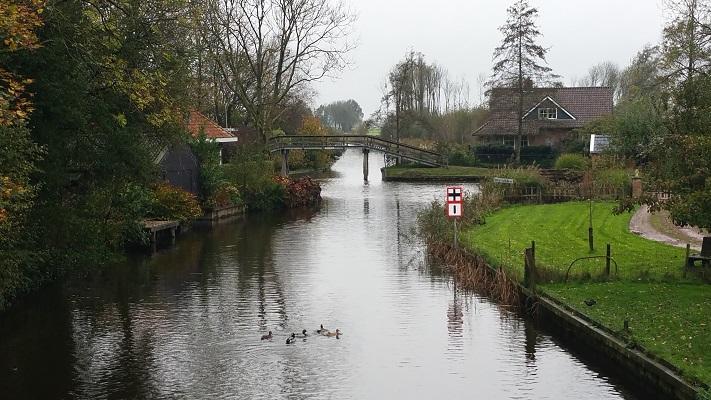 Beroemde bruggetje Elfstedentocht Barthlehiem op wandeling over Elfstedenpad van Oentsjerk naar Leeuwarden