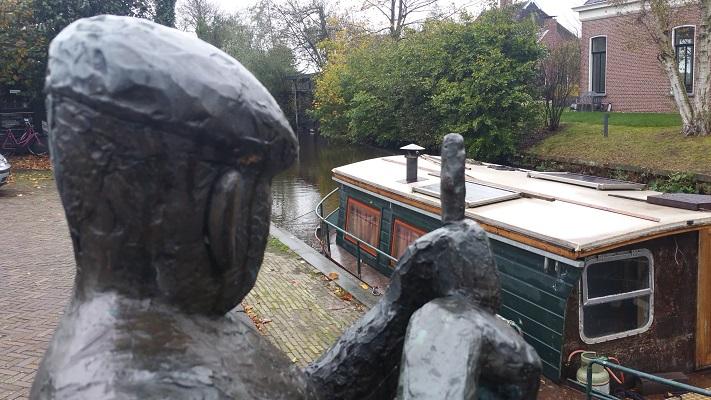Beeld de Brugwachter in Aldtsjerk op wandeling over Elfstedenpad van Oentsjerk naar Leeuwarden