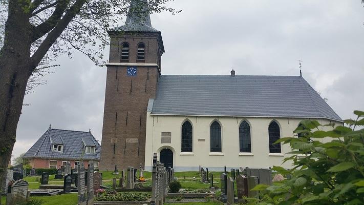 Kerk in Ried tijdens wandeling over Elfstedenpad van Franeker naar Sint-Annaparochie