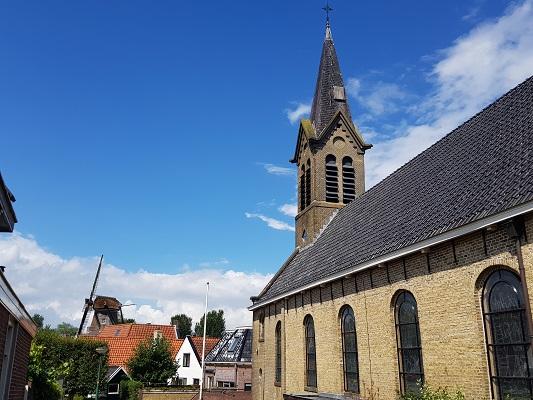 Kerk Woudsend tijdens een wandeling over het ELfstedenpad van IJlst naar Balk