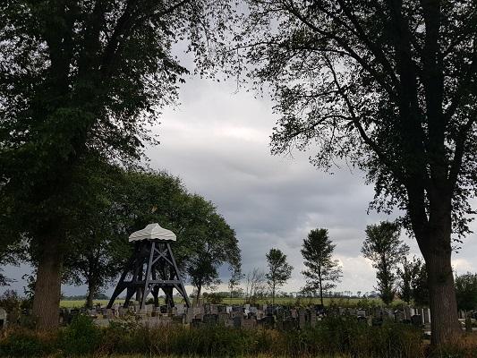 Klokkestoel op kerkhof Koufurderige tijdens een wandeling over het ELfstedenpad van IJlst naar Balk