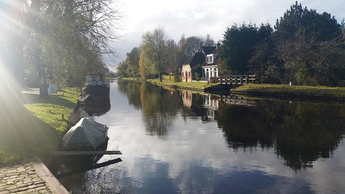 Dokkummer Ee in Smakkeburen op wandeling over Elfstedenpad van Oentsjerk naar Leeuwarden