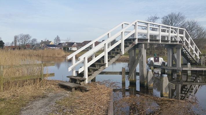 Brug over Harnzer Faert richting Arum op wandeling over het Elfstedenpad van Witmarsum naar Kimswerd