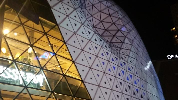 Lichtkunstwerk tijdens een avondwandeling van GLOW in Eindhoven in 2017