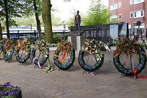 Wandelen over het Grebbeliniepad bij dodenherdenking in Veenendaal
