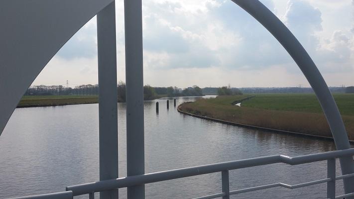 Wandelen over het Grebbeliniepad bij de brug over de Eem