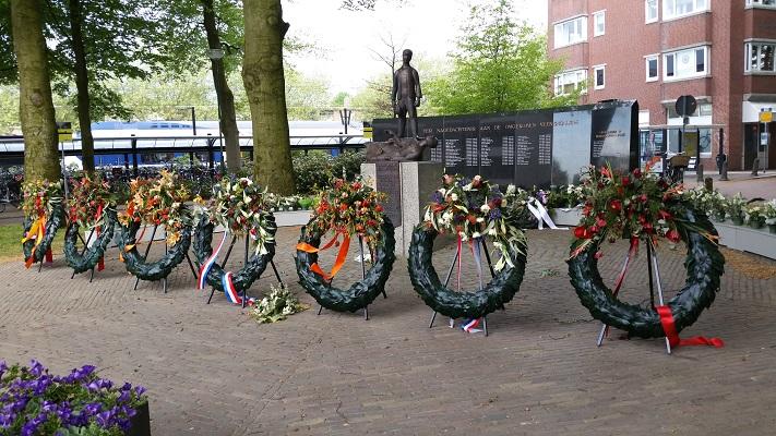 Wandelen over het Grebbeliniepad bij kransen bij de dodenherdenking in Veenendaal