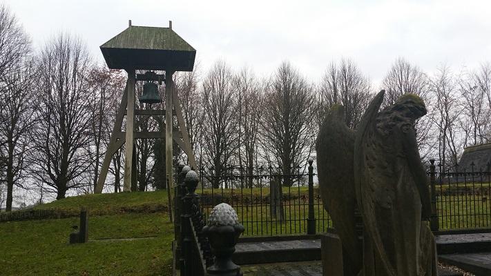 Wandelen over het Groot Frieslandpad op kerkhod met klokkestoel in Oud Beets