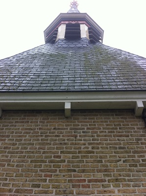 Wandelen over het Groot Frieslandpad langs de kerk in Blauwhuis