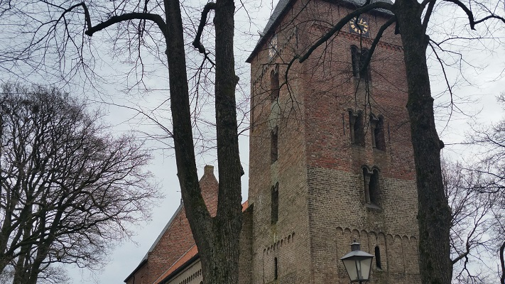 Wandelen over het Groot Frieslandpad bij de kerk in Vries