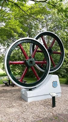 Wandelen over het Groot Frieslandpad bij het motorenmuseum in Nieuwe Niedorp