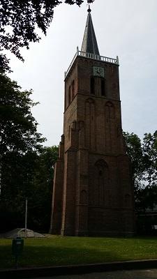 Wandelen over het Groot Frieslandpad langs de kerk in Nieuwe Niedorp