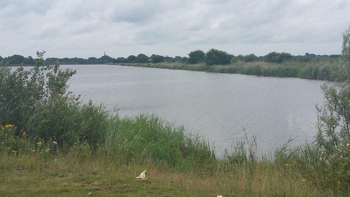 Wandelen over het Groot Frieslandpad bij de Zeilplas in Veendam