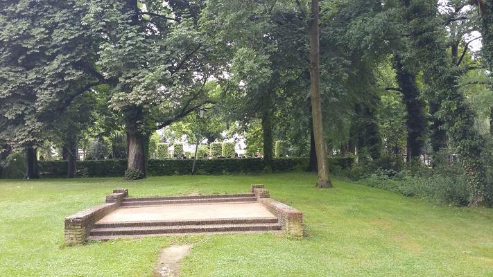 Wandelen over het Groot Frieslandpad bij begraafplaats in Veendam