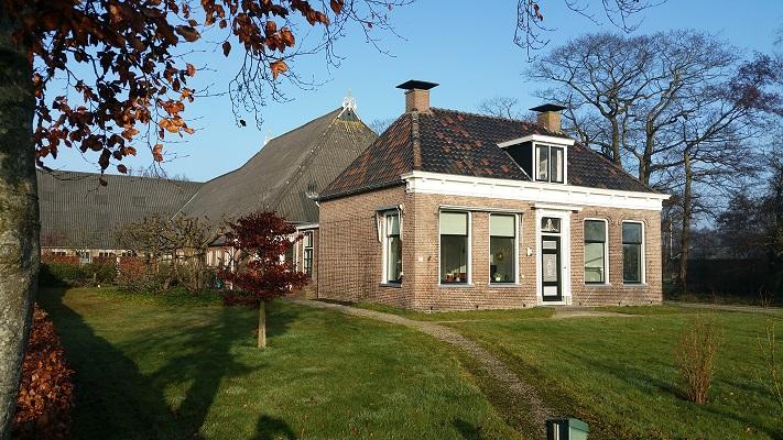 Wandelen over het Groot Frieslandpad langs een boerderij in Hemrik