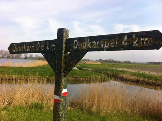 Wandelen over het Groot Frieslandpad bij handwijzer Oudkarpsel-Dirkshorn