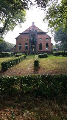 Wandelen over het Groot Frieslandpad bij een herenhuis in Bellingwolde