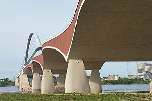 Wandelen over het Grote Rivierenpad bij Waalbrug in Nijmegen