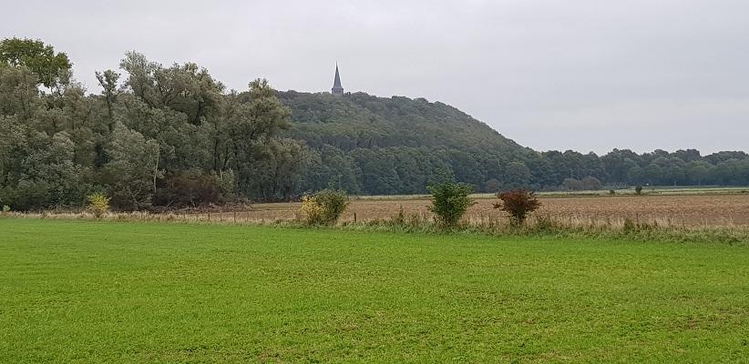 Wandelen over klompenpad Rijnweidepad met zicht op de Eltenberg