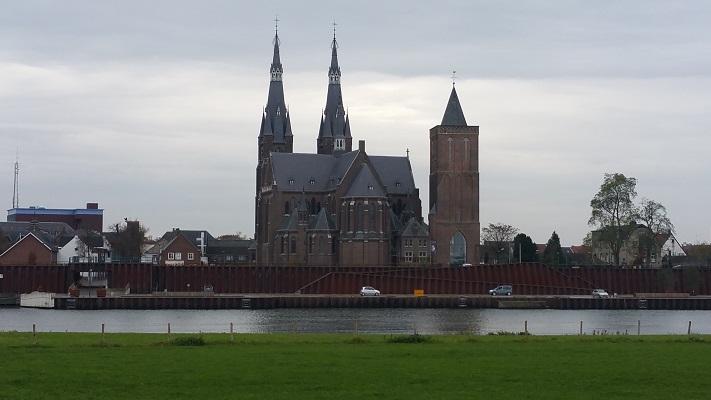 Kerk Cuyk aan de Maas op een wandeling over het Maaspad van Beugen naar Cuyk