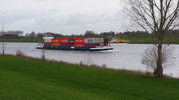 Schepen op de Maas op wandeling over het Maaspad van Den Bosch naar Heusden