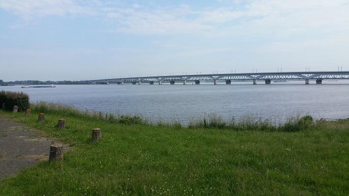 Moerdijkbruggen over Hollands Diep op een wandeling over het Maaspad van Drimmelen naar Moerdijk