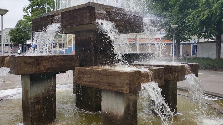 Wandelen over het Marikenpad bij fontein in Tilburg