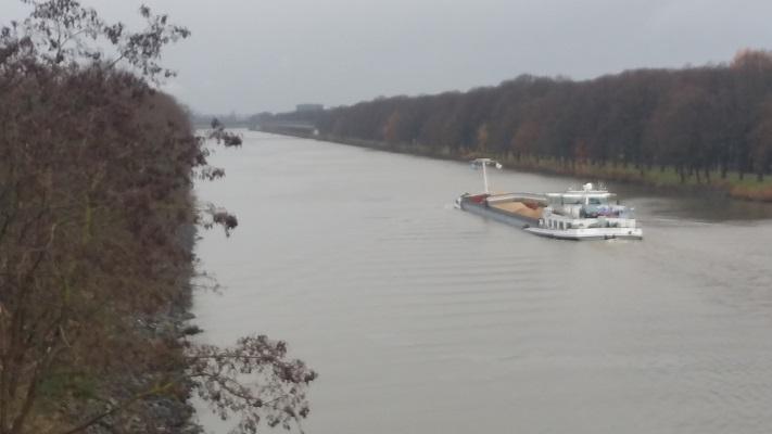 Wandelen over het Marikenpad bij het Maas-Waalkanaal in Nijmegen