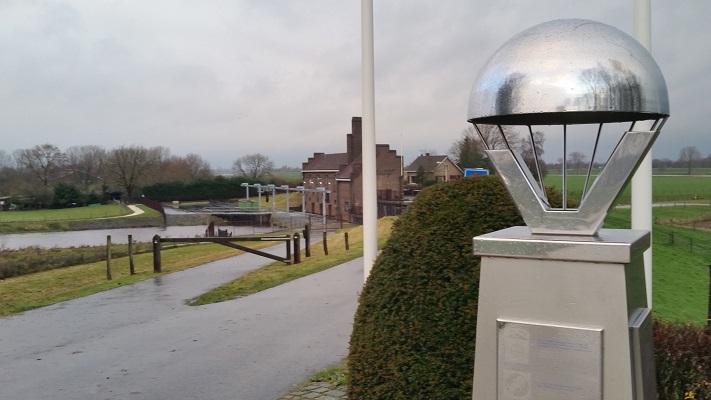 Wandelen over het Marikenpad bij kunstwerk Maasbrug bij Grave