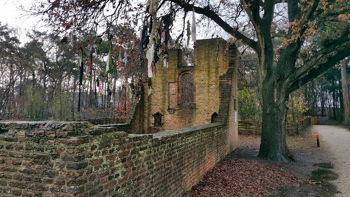 Wandelen over het Marikenpad bij ruïne Sint Wallrick