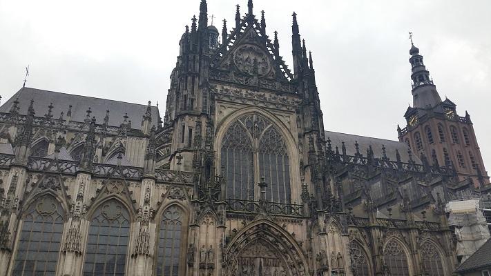 Wandelen over het Marikenpad bij Sint Jans Kathedraal in Den Bosch