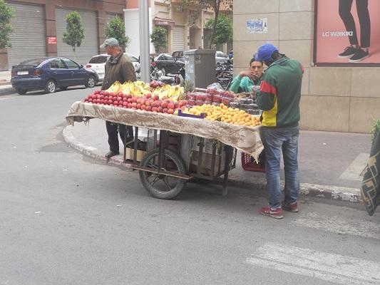 Straatverkoop fruit tijdens wandeling in Marrakesh in Marokko