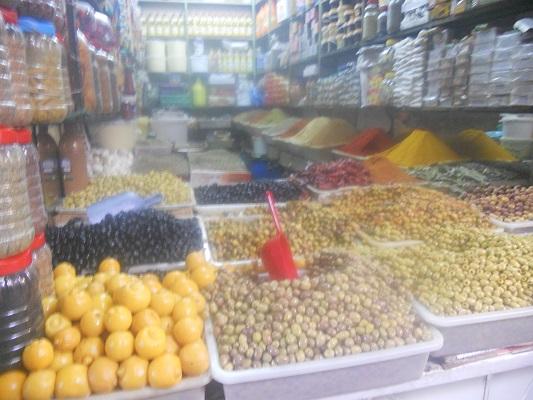 Verkoop olijven tijdens wandeling in Marrakesh in Marokko