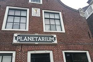 Wandelen over het Nederlands Kustpad bij Planetarium in Franeker