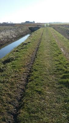 Voetpad op een wandeling over het Nederlands Kustpad van Franeker naar Sint Jacobiparochie
